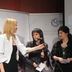 """Арх. Албена Владимирова-Андреева връчи две първи награди и приза """"Ideal Standard Баня на годината 2011"""" в категория Solutions: на Десислава Средкова за проекта Smallust и на Виолета Шатова за проекта Natural."""