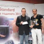 """Никки Канделеро, член на журито, връчва наградата и приза """"Ideal Standard Баня на публиката 2011""""  на Кирил Станев от студио V7bg за проекта """"Моята баня е моят храм"""" ."""
