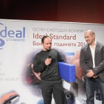 """Симеон Колев от БГ Радио връчи приза """"Ideal Standard Баня на медиите 2011"""" на проекта Утопия, създаден от Мариела и Стефан Иванови."""