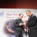 Владислав Василев, член на журито, връчва поощрителна награда в категория Experience на  проекта Утопия, създаден от Мариела и Стефан Иванови.